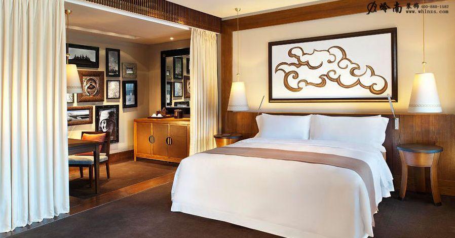 这个设计包含着浓郁的古典味道,浓烈的色彩,温馨的光线,柔软的布艺,强烈的情感,就像一曲悠久的爵士乐。谱写这支乐曲的元素,配合得相当紧密,在玄关,你会为它明亮的灯光所感动;在客厅,你会为它温暖的气氛所驻足;在卧室,你会为它美丽的装饰所倾倒。